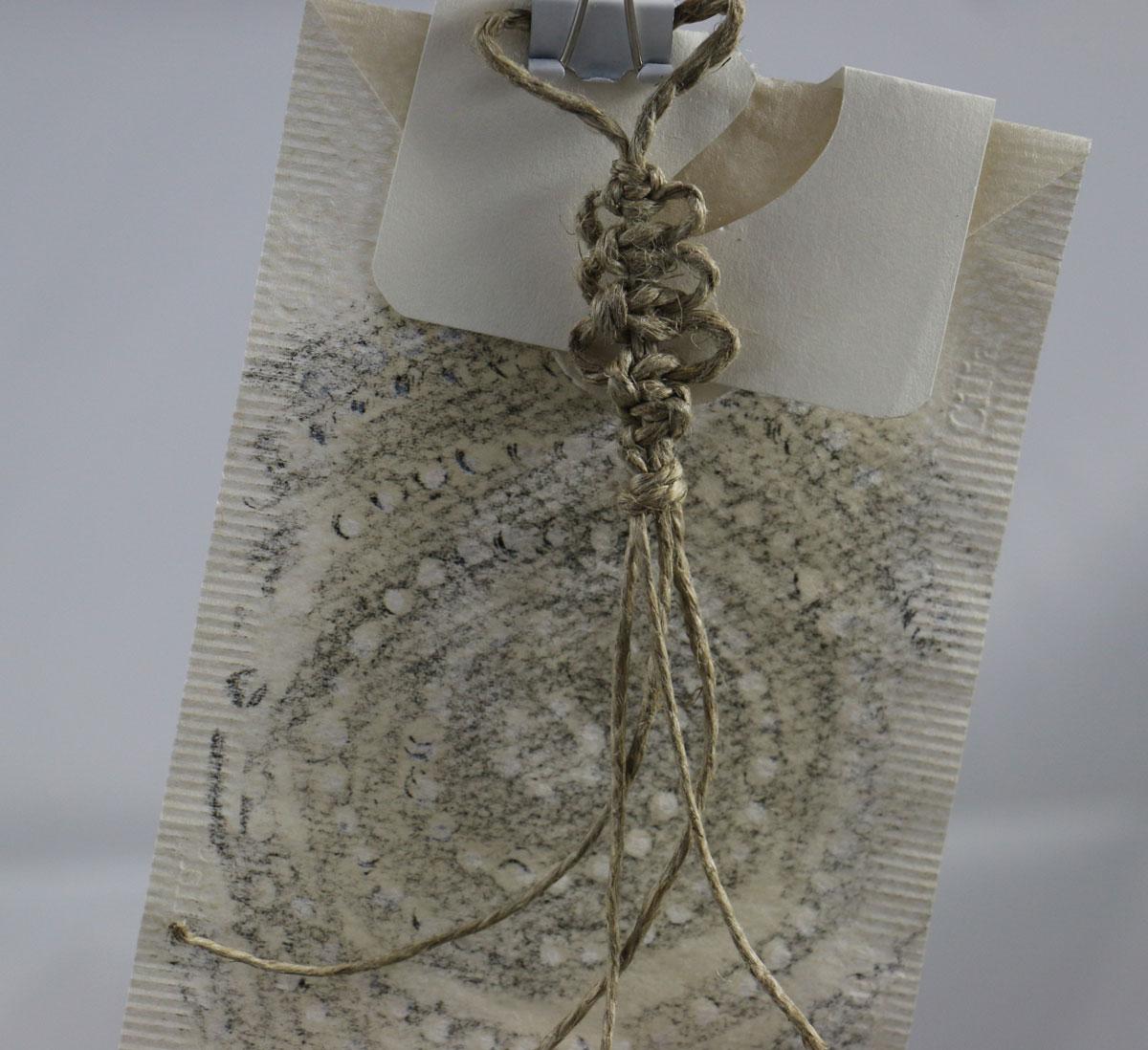 Schnurknoten mit Frottage kombiniert