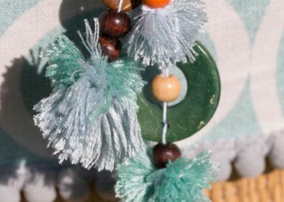 Detail Pompons auf Strohtasche