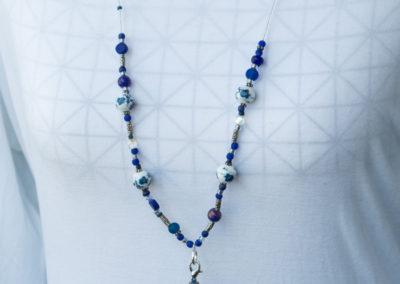 Halskette aus Porzelanperlen